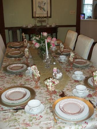 Coppersmith Inn Bed & Breakfast: We had different place settings every day!