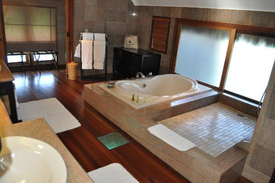The St. Regis Bora Bora Resort: Bathroom suite