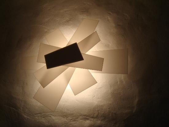 La Casa sul Sentiero: lampada da parete della camera (intonacata in stile tradizionale toscano)