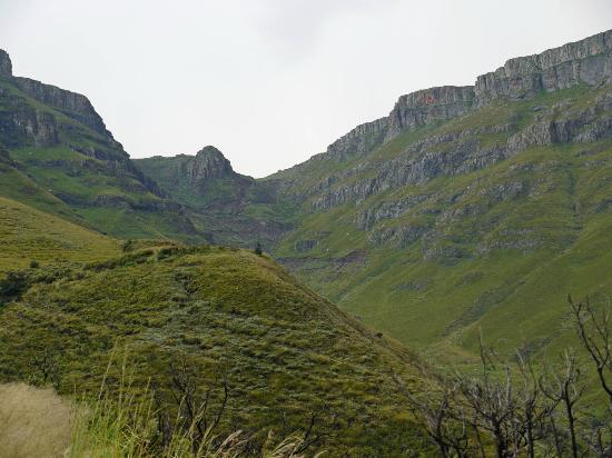 Sani Mountain Lodge: Looking up Sani Pass