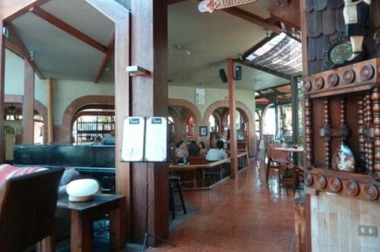Manquehue Santiago Las Condes: Vista desde lobby hacia restaurant