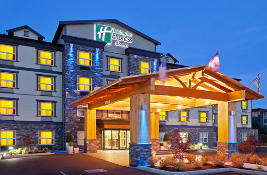 Holiday Inn Express Hotel & Suites Courtenay Comox Valley SW: The Holiday Inn Express & Suites, Comox Valley at dusk
