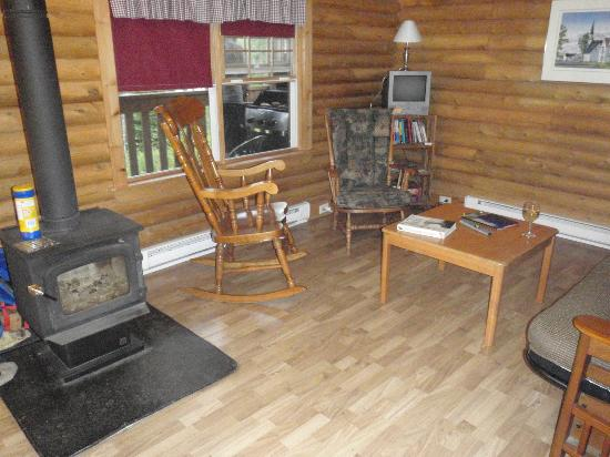 Irwin Lake Chalet: Deer Nook living room