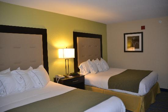 Holiday Inn Express & Suites: 2 Queen Beds