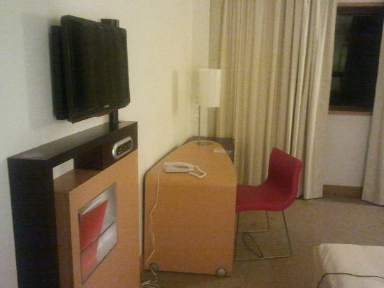 Novotel Mohamed V : Working desk and TV