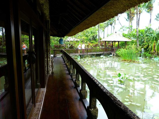 Hotel Tugu Bali: View from the suite terrace on the lily pond