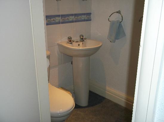 Midway House: En suite in room 5