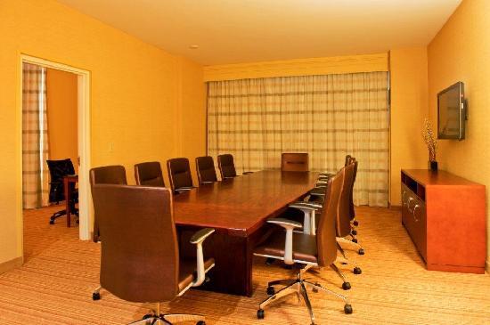 Courtyard Ottawa East: Boardroom Suite