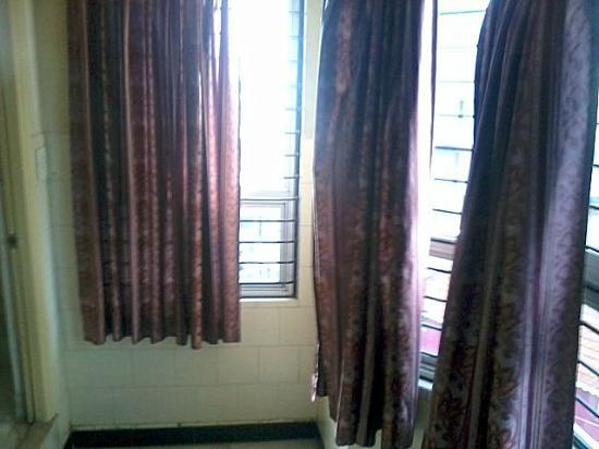 Mannars Yatrinivas: MTR Yatri Nivas Lodge   big window