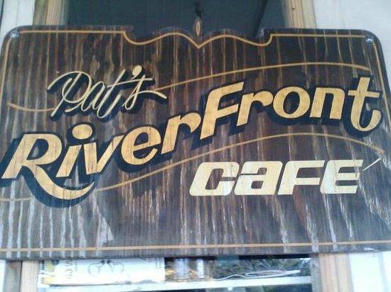 Pat's Riverfront Cafe: Вывеска