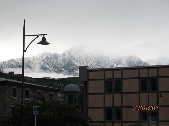 Scenic Suites Queenstown: Snow-covered mountain tops