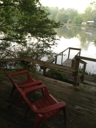 Cajun Country Cottages Bed and Breakfast: Peaceful deck overlooking lake and ducks