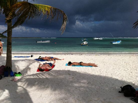 Akumal Beach : Lay out in the sand and enjoy the weather!