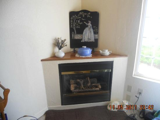 Gualala Country Inn: Fireplace