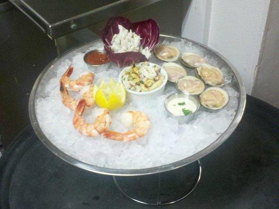 Ward's Bridge Inn : Seafood Tower