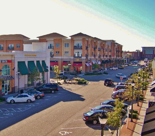 Hilton Garden Inn Wilmington Mayfaire Town Center: Walking distance to fun Mayfaire Town Center!