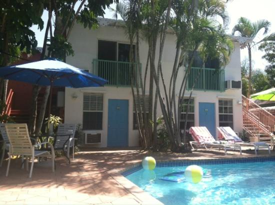 Las Olas Guesthouse @15th Avenue: Front area rooms 1-4  facing pool