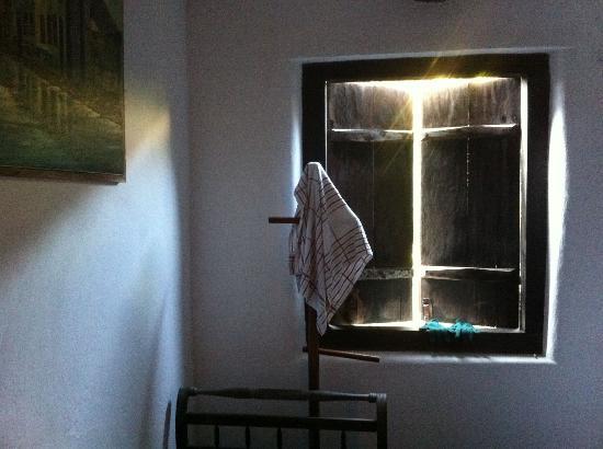 Hotel Solar dos Geranios: Creaky shutters atmospheric lighting in the room