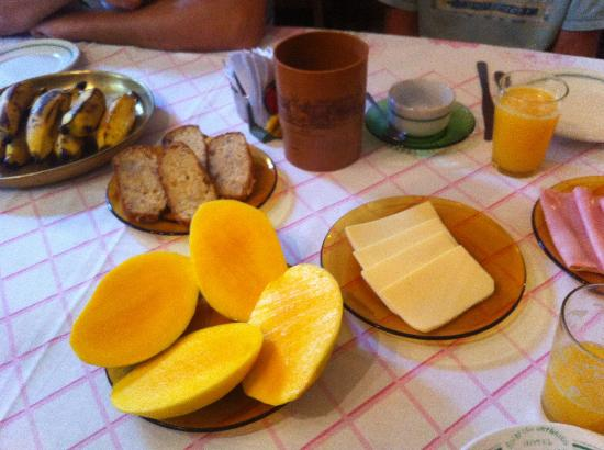 Hotel Solar dos Geranios: They didn't do eggs at breakfast, but all the other staples were there