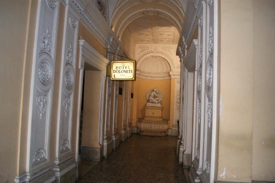 Hotel Dolomiti: Entrada