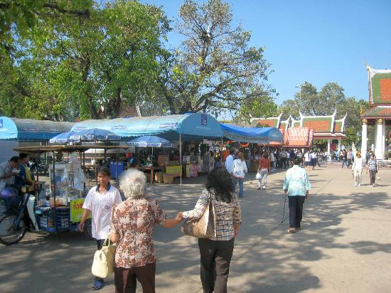 Phitsanulok, Thaïlande : Some of the many stalls in the temple grounds