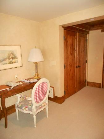 The Chateaux Deer Valley: Desk & Closet