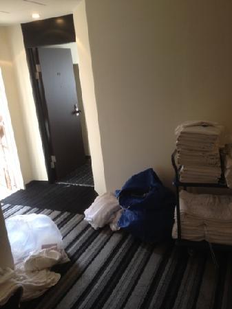 Kanda Station Hotel: 9時前から掃除がはじまる