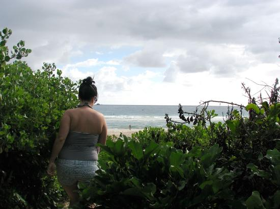 Outrigger Bay Apartments: Over a low dune to the beach for a pre-breakfast dip.