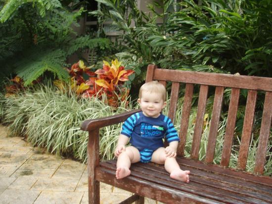 รีสอร์ท & สปาเดอะเลคส์แครนส์: chair out the front of summerset building