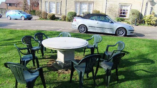 Strathaven Hotel: Tables on the Lawn