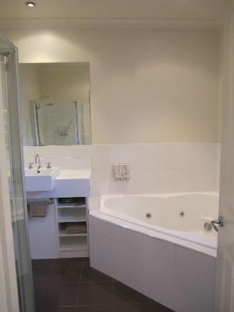 Golden Reef Motor Inn: Spa bath