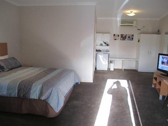 Golden Reef Motor Inn: Large room