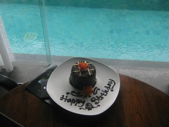 SILQ Private Residences Kerobokan Bali: suprise birthday cake