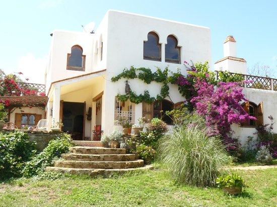 Moulay Bousselham, Μαρόκο: die Villa im blühenden Garten