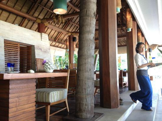 Four Seasons Resort Koh Samui Thailand: Кафе на пляже, милые официантки