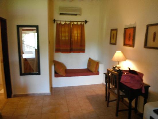 Perte della camera con il divano in muratura, specchio e scrivania ...