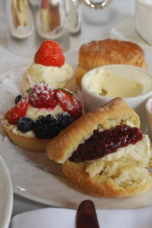 Lands of Loyal Hotel: We serve classic afternoon cream teas