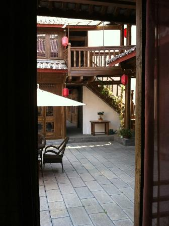Laoshu Yunjin Yaju Courtyard Hotel: View from our window into the 2nd courtyard.