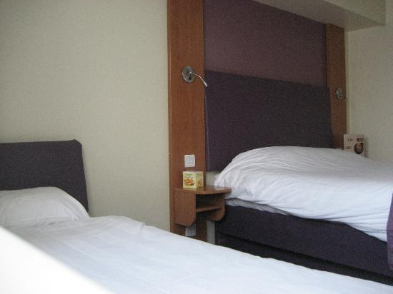 Premier Inn Gloucester (Longford) Hotel: Twin configuration loses couch