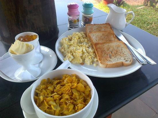 Blue Water Beach Resort: Full continental breakfast