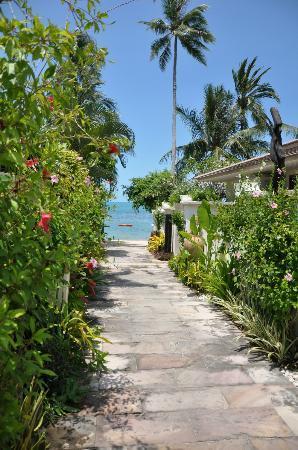 The Sunset Beach Resort & Spa, Taling Ngam: Zum Strand
