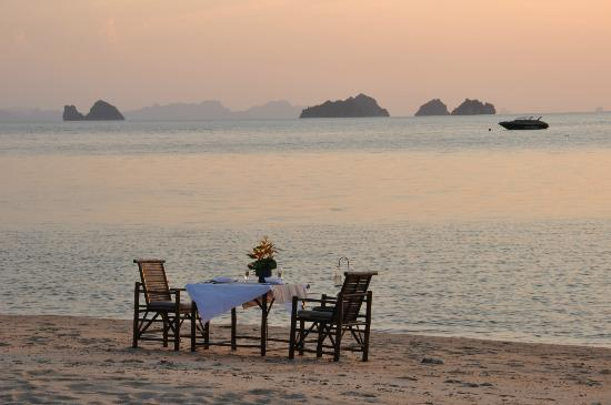 The Sunset Beach Resort & Spa, Taling Ngam: Privates Dinner am Strand