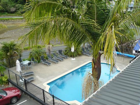 Acacia Lodge Motel: Pool viewed from balcony