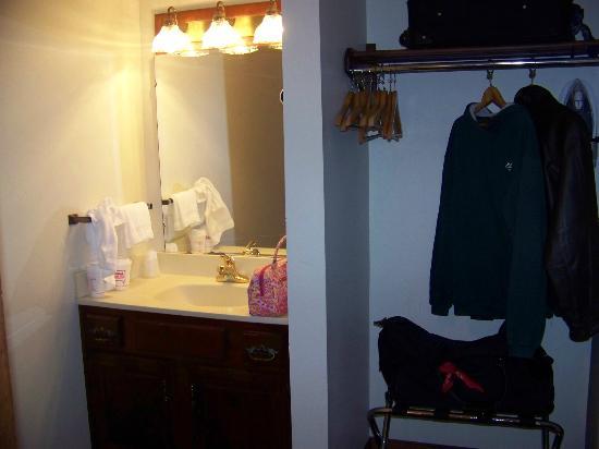 Jack Daniels Motor Inn: closet/sink area
