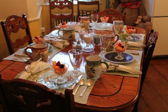 William's Grant Inn: The breakfast table ( wonderful)