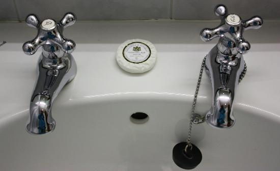 Dunraven Arms Hotel: quaint bathroom fixtures (extremely clean)