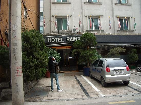 Hotel Rainbow : Hotel entrance. It's along an alley and not on the main road so it is quiet.