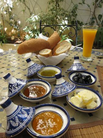 Riad Jardin Chrifa: breakfast in the courtyard