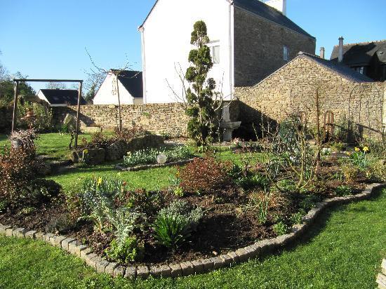 L'Auberge Hotel : Vue sur le jardin