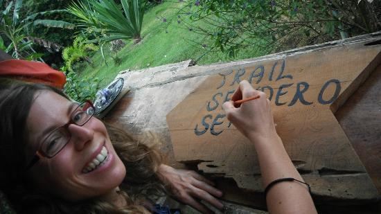 Casa Pequeña: una voluntaria nos ayuda a rotular letreros de los senderos